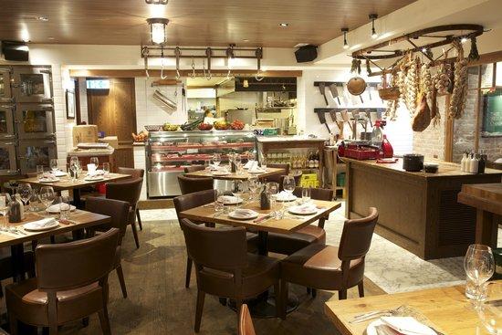 Restaurant interior (105578562)